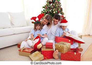 portrait, dons, noël, ouverture, famille, heureux