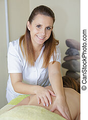 portrait, dos, femme, masseuse, clients, masser