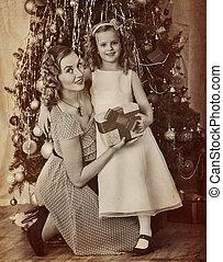portrait famille, de, enfant mère, près, noël, arbre.