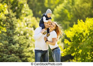 portrait, famille heureuse, marche