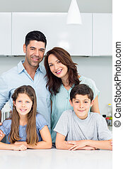 portrait, famille heureuse, quatre