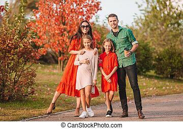 portrait famille, heureux, automne, quatre