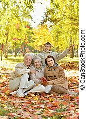 portrait, famille, heureux, forêt, automne, délassant