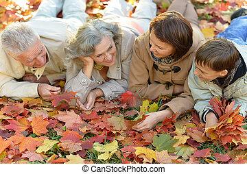 portrait, famille, heureux, forêt, délassant, automne