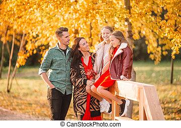 portrait famille, jour, heureux, automne, quatre