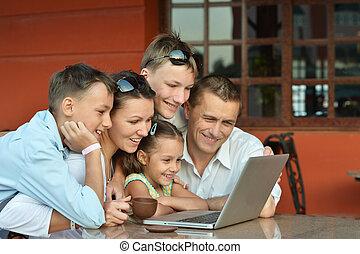 portrait famille, ordinateur portable, heureux