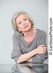 portrait, femme aînée, armes traversés