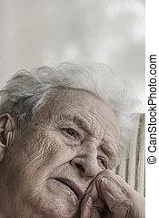 portrait, femme aînée, closeup, triste