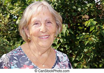 portrait, femme aînée, heureux