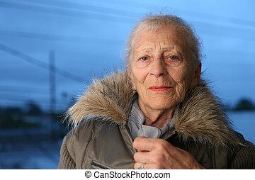 portrait, femme aînée, hiver