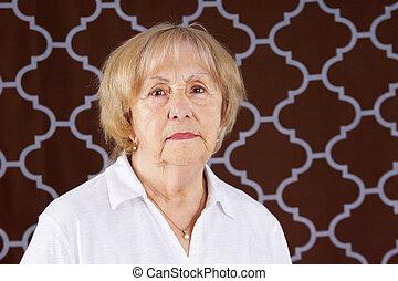 portrait, femme aînée, sérieux