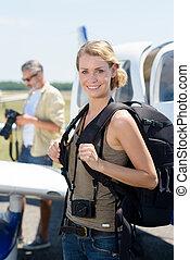 portrait femme, appareil photo, aéroport, sac à dos