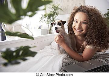 portrait, femme, elle, chien, sourire, jeune