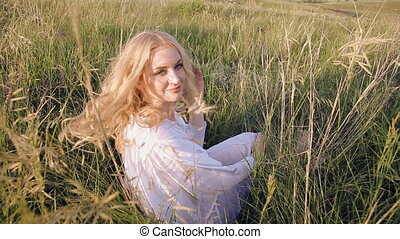 portrait, femme, herbe, asseoir