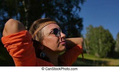 portrait, femme, lunettes soleil, heureux, vacances été, concept, gens, nature, sourire, vacances, field.