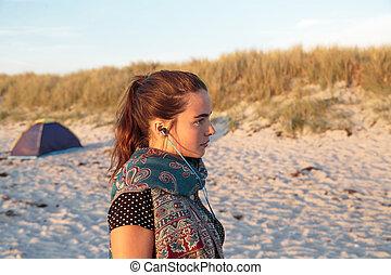 portrait, femme, plage, écouteurs