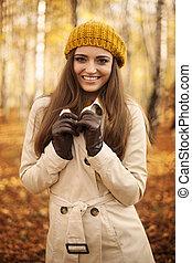 portrait, femme souriant, automne