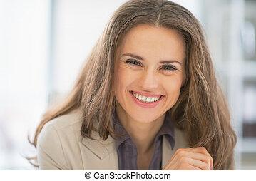 portrait, femme souriante, bureau affaires