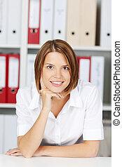 portrait, femme souriante, bureau