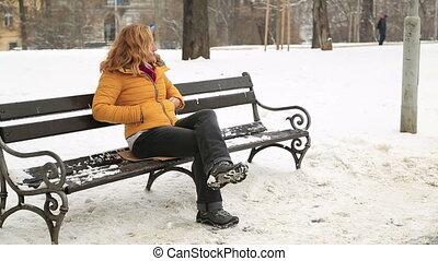 portrait, femme souriante, hiver, dehors