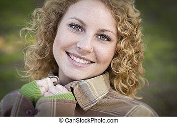 portrait, femme souriante, jeune, joli