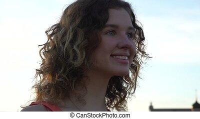 portrait, femme souriante, jeune, séduisant