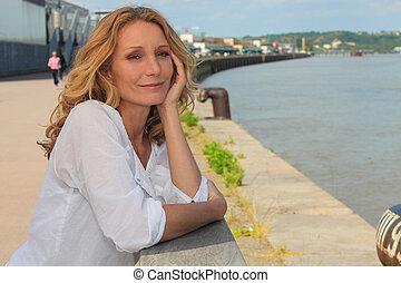 portrait, femme souriante, mer