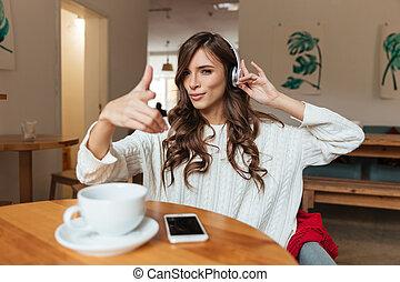portrait, femme souriante, musique écouter