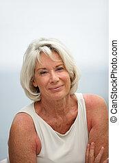 portrait, femme souriante, personne agee, dehors