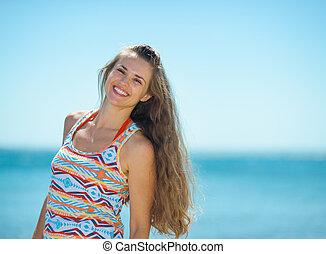 portrait, femme souriante, plage, jeune