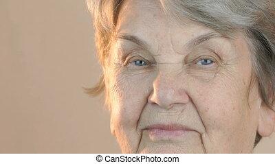portrait, femme souriante, vieux