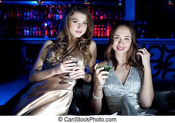 portrait, femmes, jeune, deux, restaurant