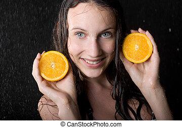 portrait fille, à, deux, halfs, de, orange, dans, eau, studio