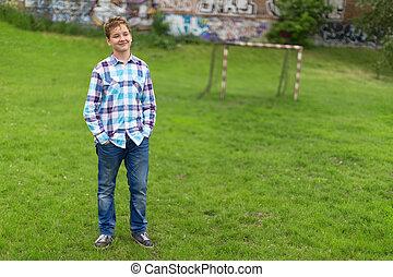 portrait, garçon, adolescent dehors