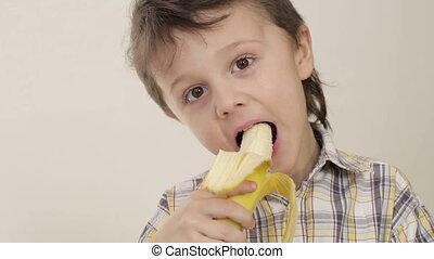 portrait, garçon, peu, banane, mordre