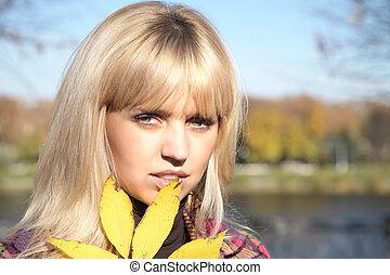 portrait, girl, feuille, jaune