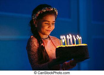 portrait, girl, joli, anniversaire, peu, gâteau
