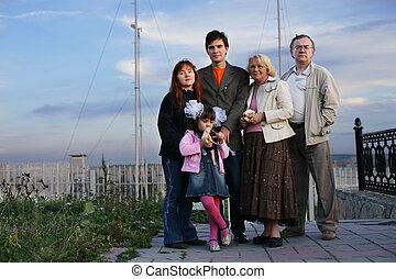 portrait, grand, famille heureuse, dehors