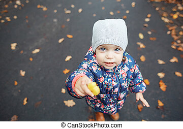 portrait, grand plan, pousse feuilles, girl, tenue, fond, parc, automne, peu, cookies., mignon