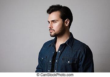 portrait, gros plan, homme, fond, 30-year-old, copy-space., debout, prise vue., gris, studio, sur, shirt., jean