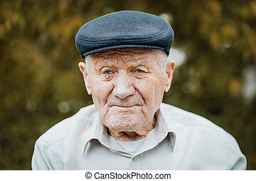 portrait:, gros plan, vieux, songeur, solitude, très, face., séance, grand-père, personne agee, vieilli, personnes agées, lot, hat., seul, portrait., outdoors., rides, caucasien, homme