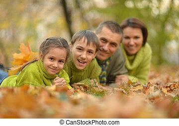 portrait, heureux, jeune famille, automne, parc