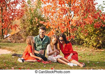 portrait, heureux, jour, famille, automne, quatre