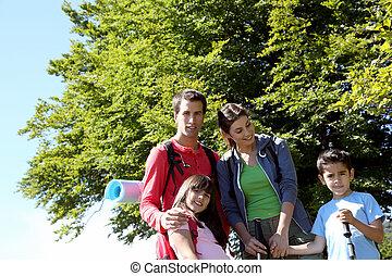 portrait, heureux, jour, famille, trekking