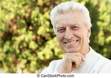 portrait, homme aîné, heureux, parc