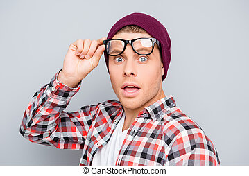 portrait, homme, bouche, chapeau, lunettes, choqué, ouvert, jeune