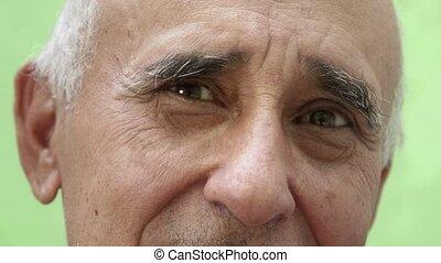 portrait, homme hispanique, vieux, sourire