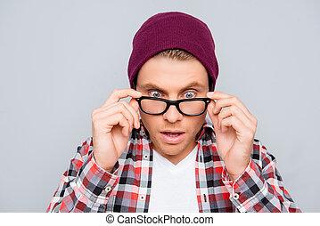 portrait, homme, jeune, ouvert, lunettes, bouche, chapeau, choqué