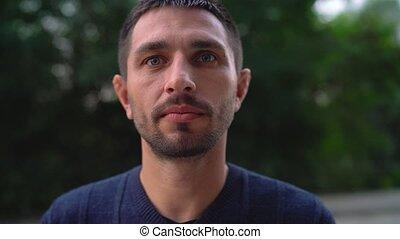 portrait, homme souriant, jeune, caucasien