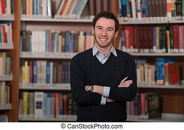 portrait, intelligent, étudiant, bibliothèque